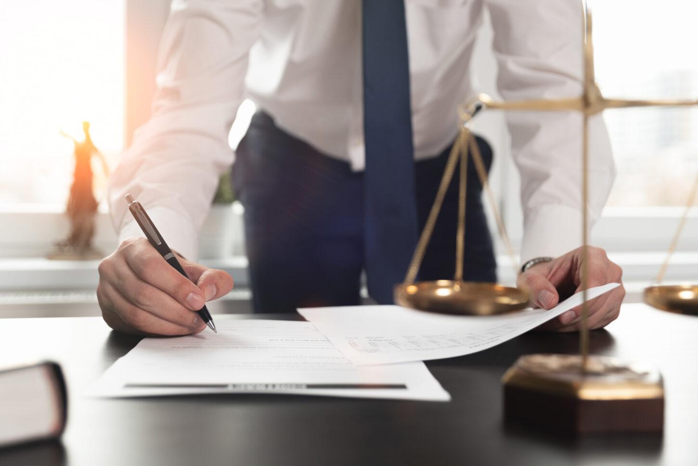 Anwalt unterschreibt einen Vertrag