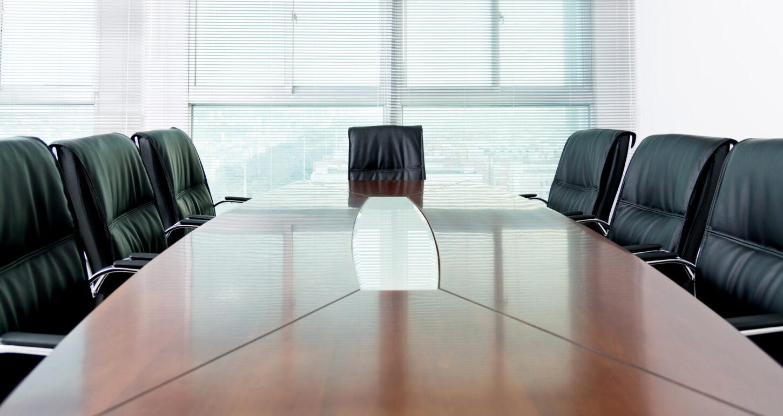 Sitzungstisch mit Stühlen